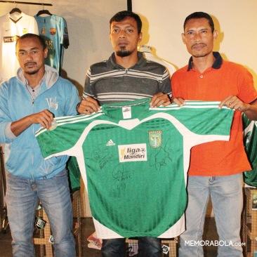 Kostum Persebaya Surabaya, ketika menjuarai Liga Mandiri 2004. Ditanda tangani langsung oleh trio legendaris, Mat Halil - Bejo Sugiayantoro - Anang Ma'ruf