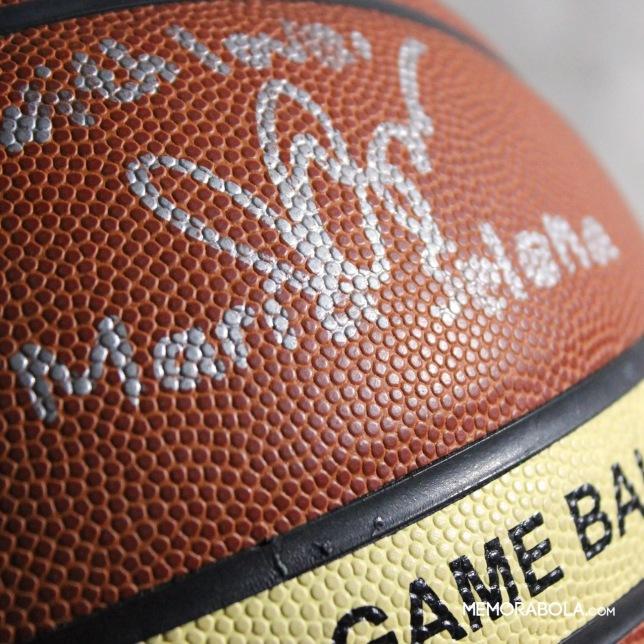 Bola resmi IBL bertanda tangan Maria Selena, yang ketika itu merupakan pemain tim basket putri Surabaya Fever.