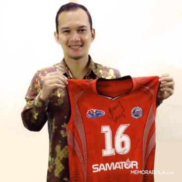 Kostum tanding Veleg Dhani Ristan, libero Surabaya Samator, ketika menjuarai sekaligus terpilih sebagai libero terbaik Proliga 2014.