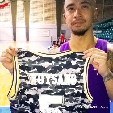 Kostum Mario Wuysang, floor general CLS Knights, bertanda tangan. Dikenal sebagai salah seorang legenda dan pemain basket terbaik yang ada di Indonesia.