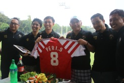 Para pengurus KJTI berfoto bersama Peri Sandria, sang legenda.